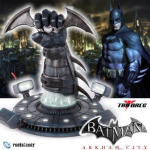 BATMAN ARKHAM CITY - BATARANG AVEC SUPPORT ET ECLAIRAGE OFFICIEL ECHELLE 1/1 (ROCKSTEADY - TRIFORCE)