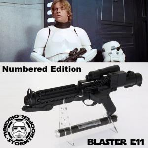 STAR WARS - STORMTROOPER BLASTER E11 OFFICIEL LIMITED EDITION NUMEROTEE AVEC SUPPORT DELUXE (O - S)